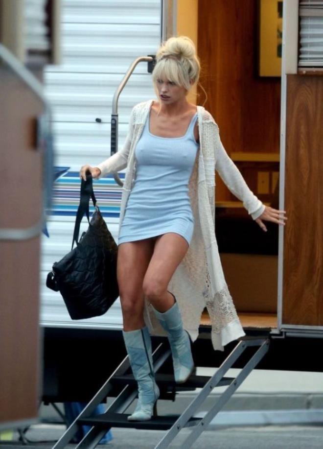 Ünlü oyuncu Lily James sette sütyensiz dolaştı! Cesur halini görenler dönüp bir daha baktı - Sayfa 3