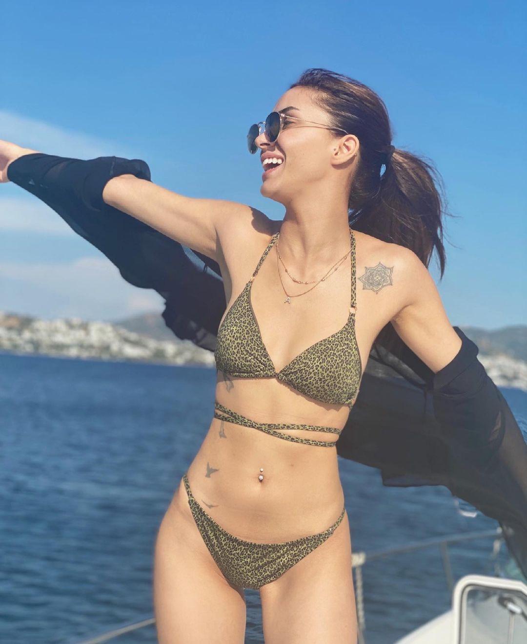 Ayşegül Çınar zor günleri geride bırakıp tatile çıktı! Bikinili tekne pozuna beğeni yağdı - Sayfa 3