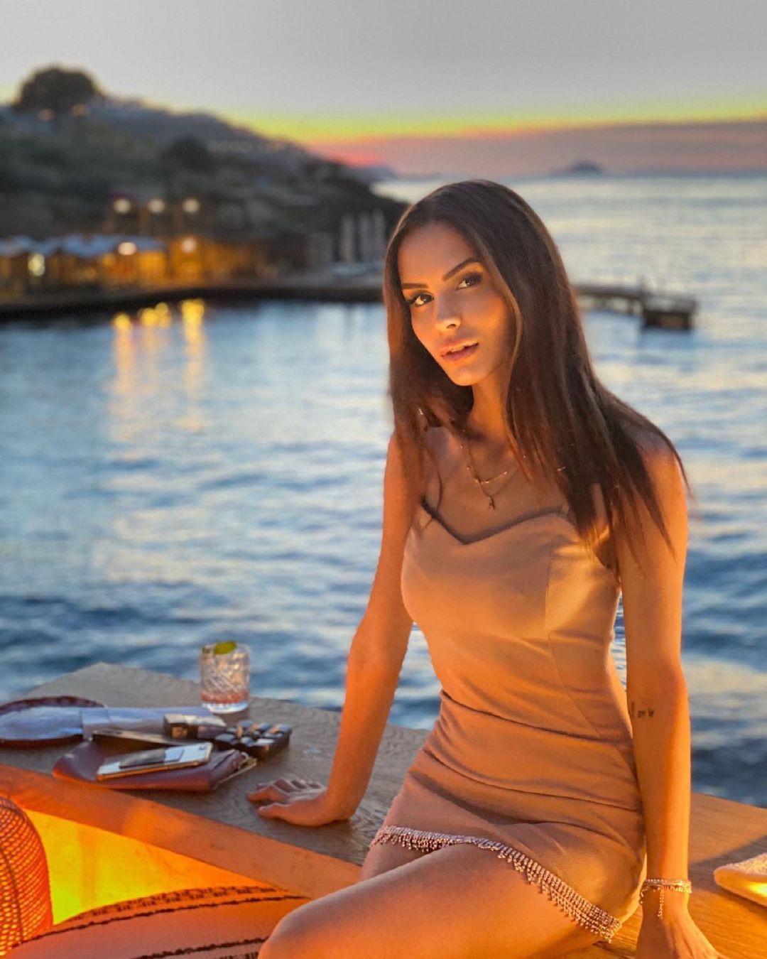 Ayşegül Çınar zor günleri geride bırakıp tatile çıktı! Bikinili tekne pozuna beğeni yağdı - Sayfa 4