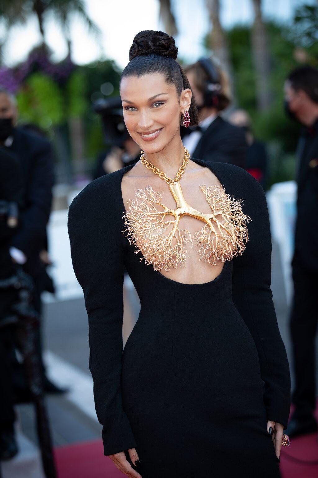 Bella Hadid elbisesiyle Cannes'a damga vurdu - Sayfa 2