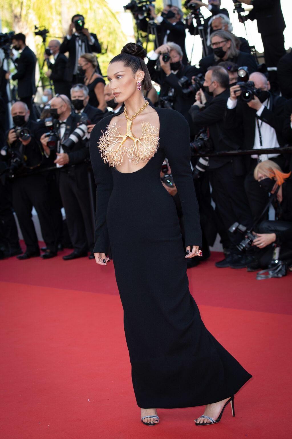 Bella Hadid elbisesiyle Cannes'a damga vurdu - Sayfa 4