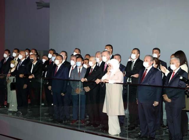 Demokrasi Müzesi'nde duygu dolu anlar! Erdoğan çifti gözyaşlarına hâkim olamadı - Sayfa 1