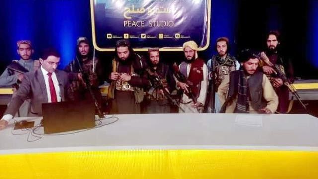 Afganistan televizyonunda tarihi anlar: Taliban elinde silahla yayına çıktı - Sayfa 4