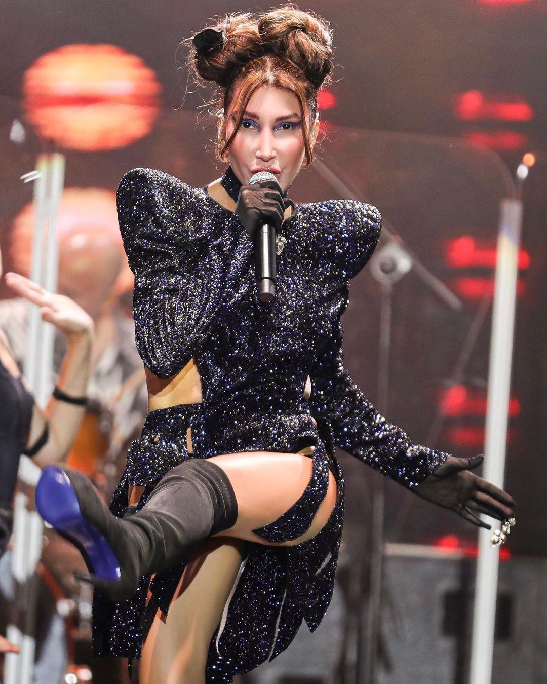 """""""Daha açık giyeceğim"""" demişti! Hande Yener'in sahne kıyafeti olay oldu! - Sayfa 1"""