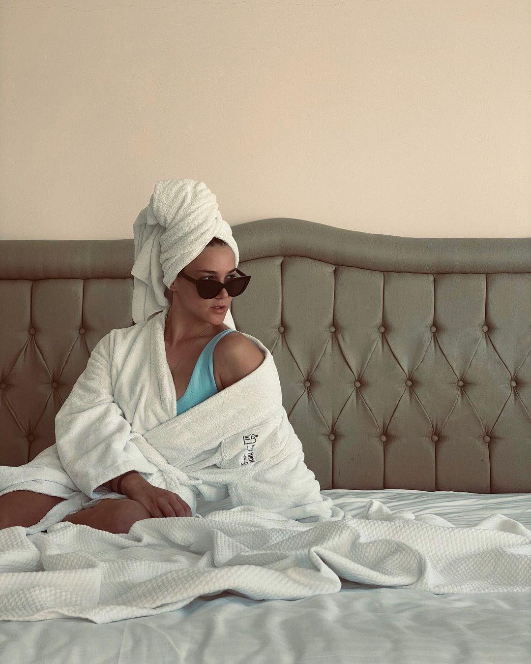 Otel odasından paylaştı! Survivor Nisa Bölükbaşı'nın bornozlu pozu ortalığı yıktı - Sayfa 1