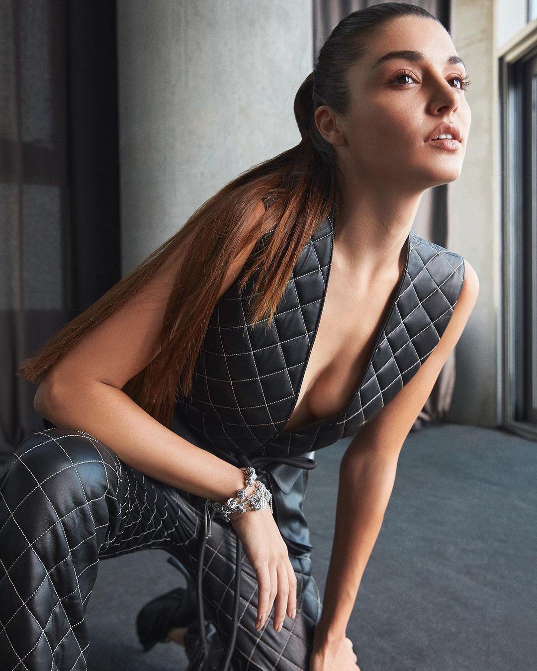 Hande Erçel dekolteli elbisesiyle poz verdi! Hayranları beğeni yağdırdı... - Sayfa 2
