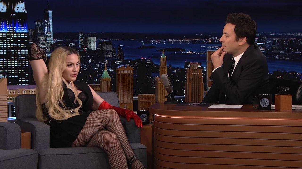 63'lük Madonna'dan canlı yayında olay hareketler! Önce masaya uzandı sonra eteğini açtı... - Sayfa 3